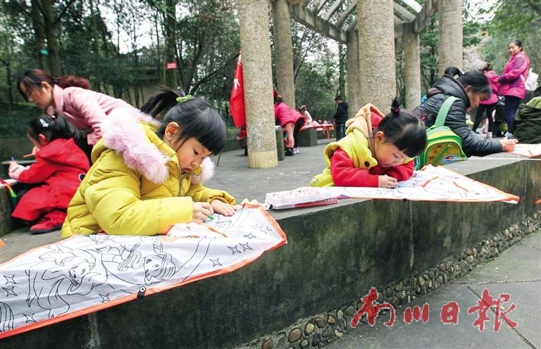 花山公园,中和街幼儿园的孩子们正在给风筝