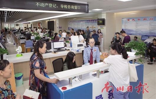 区行政服务中心:干部多服务 群众少跑路